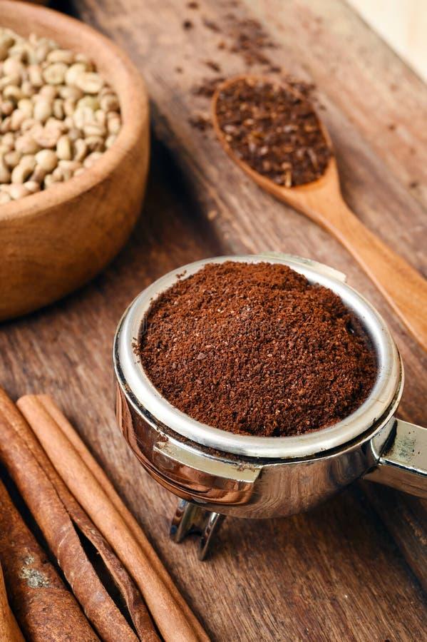 Nytt malde kaffebönor i en metall filtrerar royaltyfria bilder