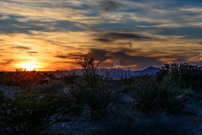 Nytt - Mexiko solnedgång över ökenstad av Las Cruces arkivfoto