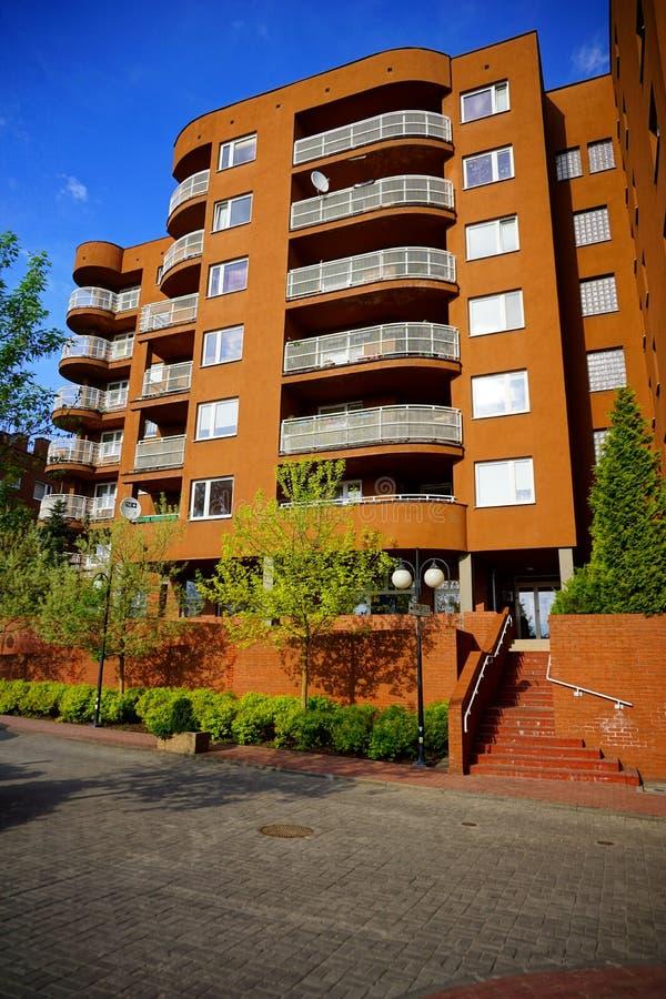 Nytt modernt bostadsområde i Lodz - typisk hus arkivbilder