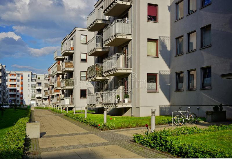 Nytt modernt bostadsområde i Lodz - typisk hus royaltyfri bild