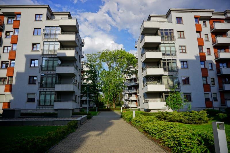 Nytt modernt bostadsområde i Lodz - typisk hus royaltyfria foton