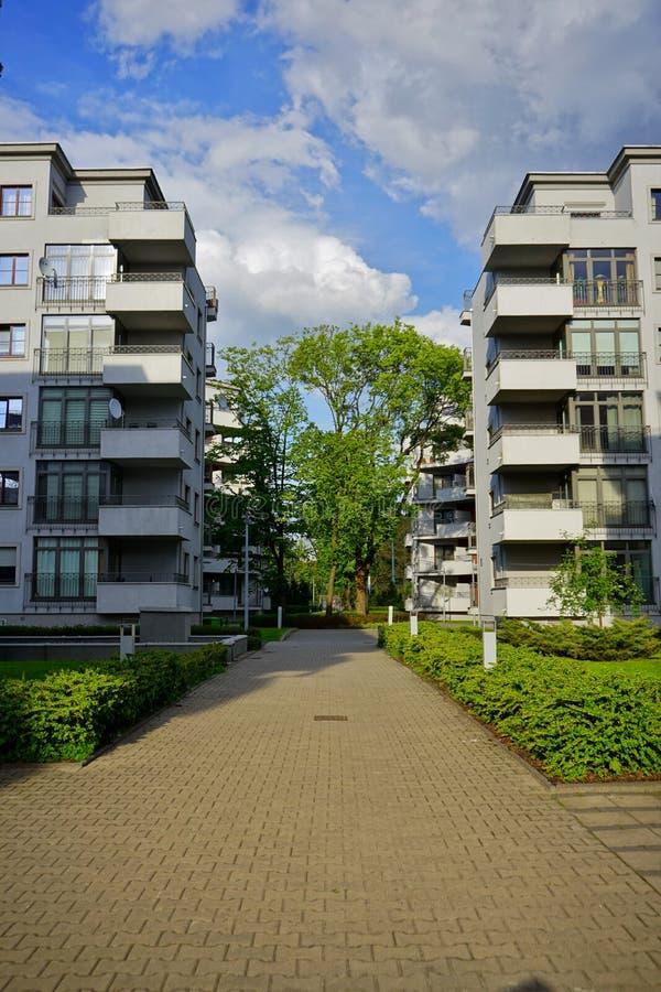 Nytt modernt bostadsområde i Lodz - typisk hus arkivfoton