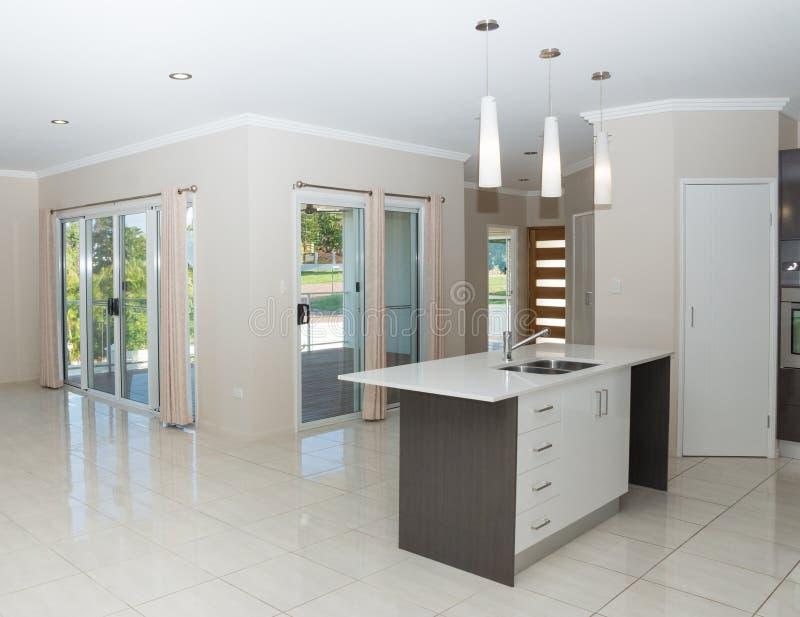 Nytt modernt hus med granitbänken och det belade med tegel golvet royaltyfria bilder