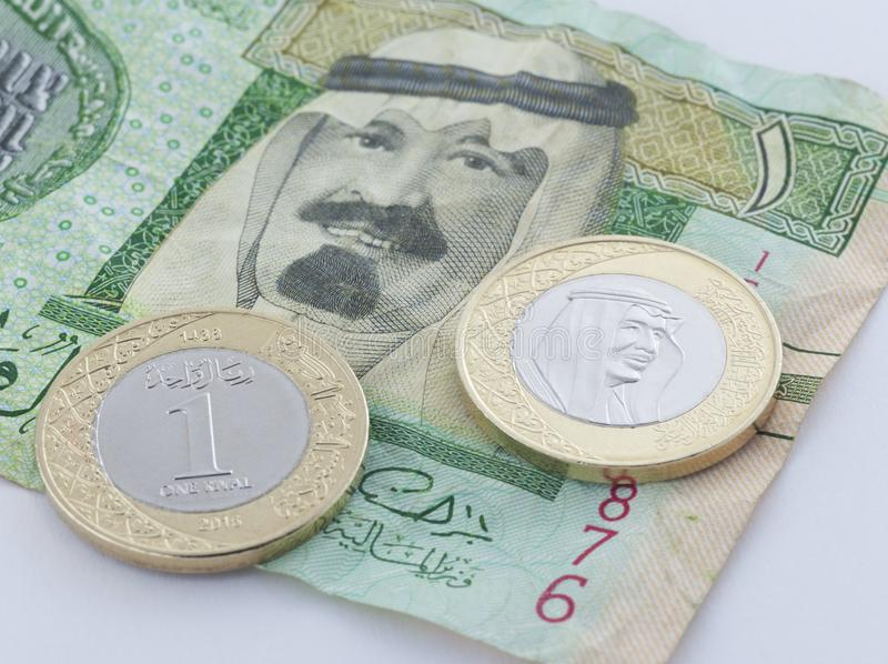 Nytt mynt för saudierRiyal med konungen Salman VS gammal sedel med Previ arkivbilder