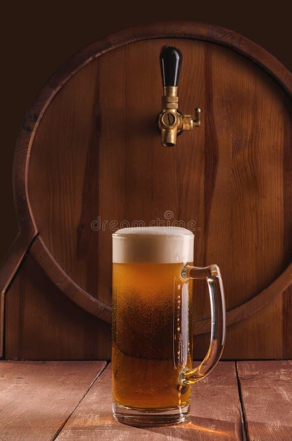 Nytt och kallt öl i exponeringsglas Smakligt ölbegrepp på träbackg fotografering för bildbyråer