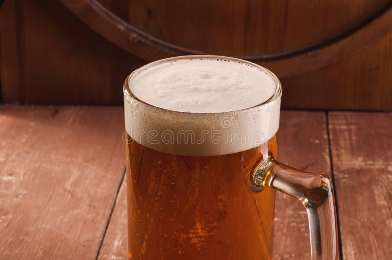 Nytt och kallt öl i exponeringsglas Smakligt ölbegrepp på träbackg royaltyfri foto