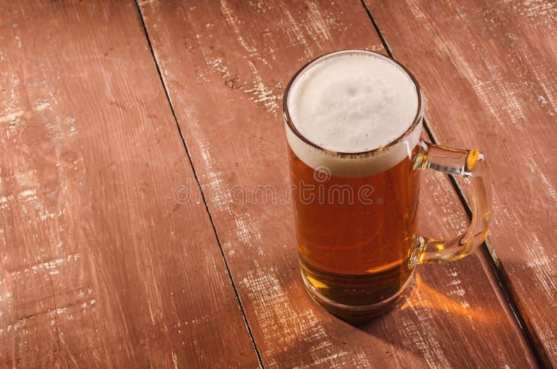 Nytt och kallt öl i exponeringsglas Smakligt ölbegrepp på träbackg royaltyfri fotografi