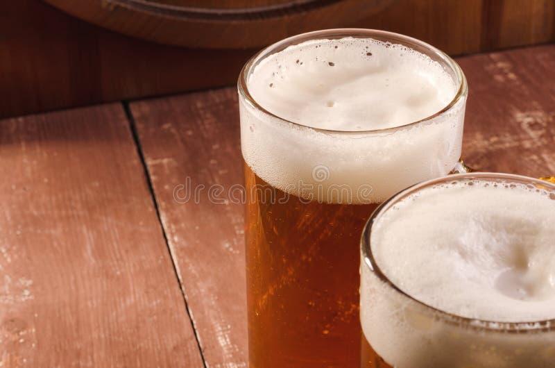 Nytt och kallt öl i exponeringsglas Smakligt ölbegrepp på träbackg royaltyfria bilder