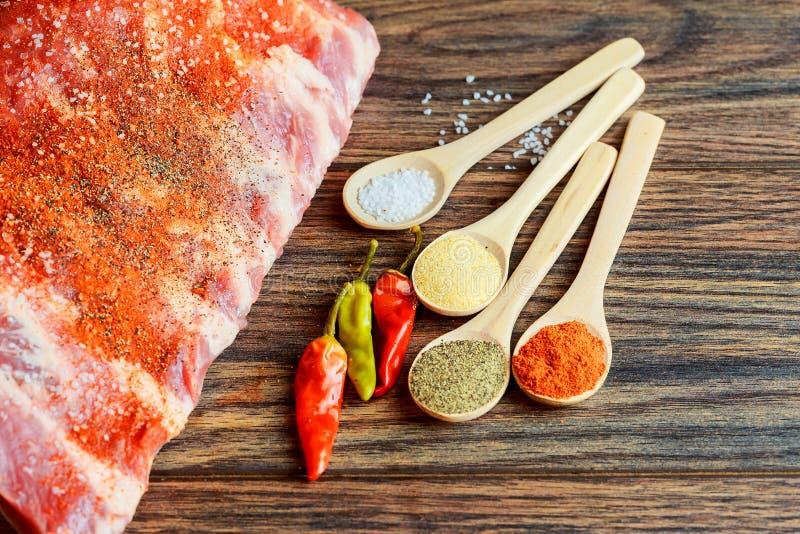 Nytt och rått kött Ribs okokta fläskkotletter, oklippt klart att grilla grillfesten fotografering för bildbyråer