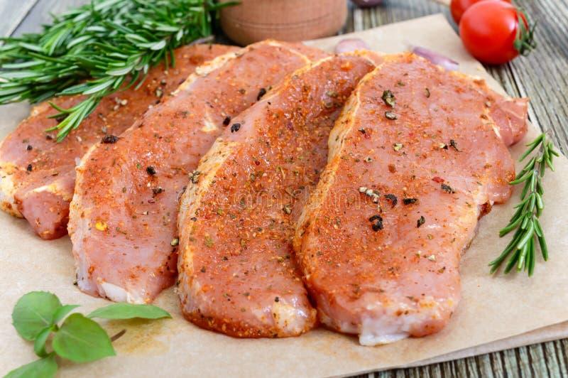 Nytt och rått kött Stekar av fransyska i rad som är klara att laga mat arkivbilder