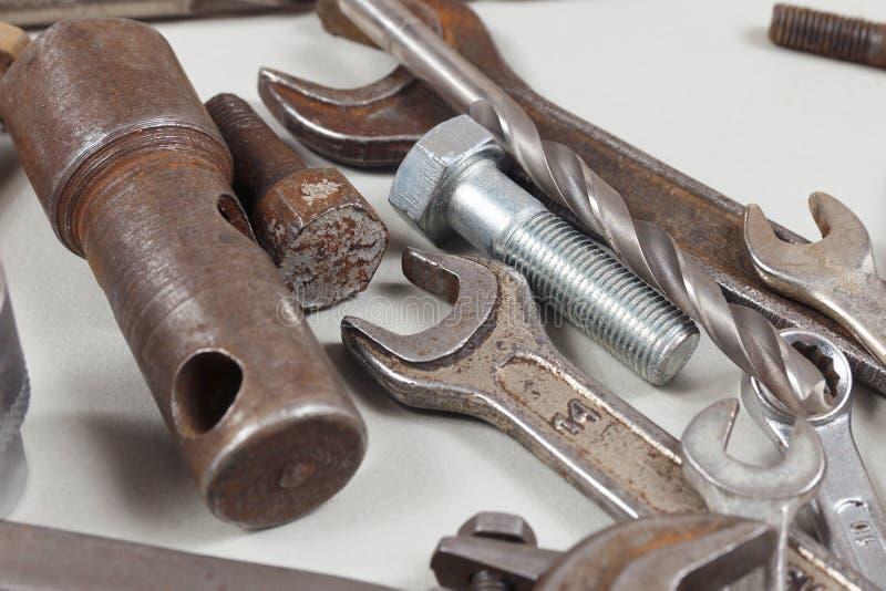 Nytt och rostigt metallhjälpmedel för closeup för mekaniska arbeten arkivfoto