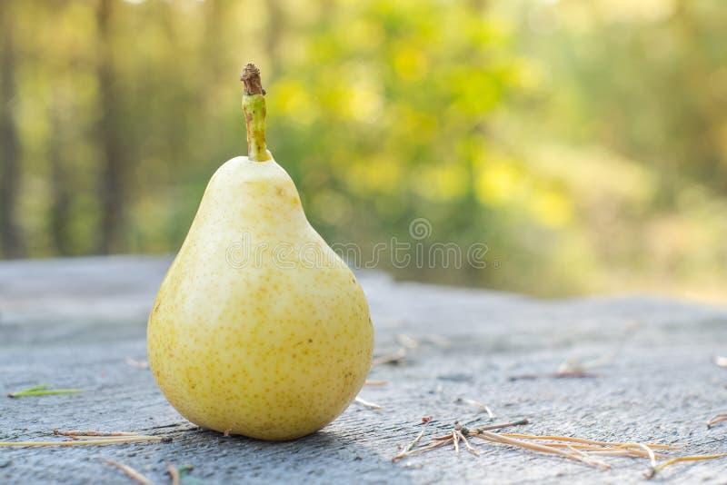 Nytt och saftigt päron på trätabellen, DOF arkivfoton