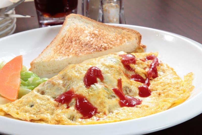 Nytt och smakligt förvanskat ägg eller omelett arkivfoton