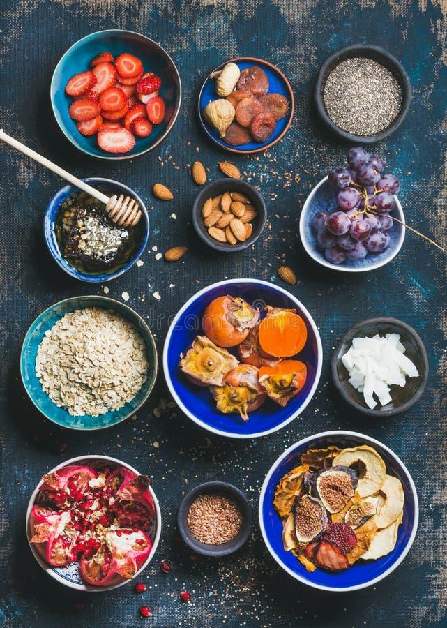 Nytt och torkat - frukt, chiafrö, havremjöl, muttrar, honung fotografering för bildbyråer