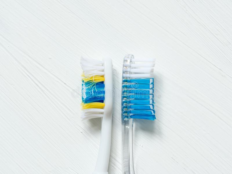 Nytt och tungt - använde tandborstenärbild på en vit tappningbakgrund royaltyfri foto