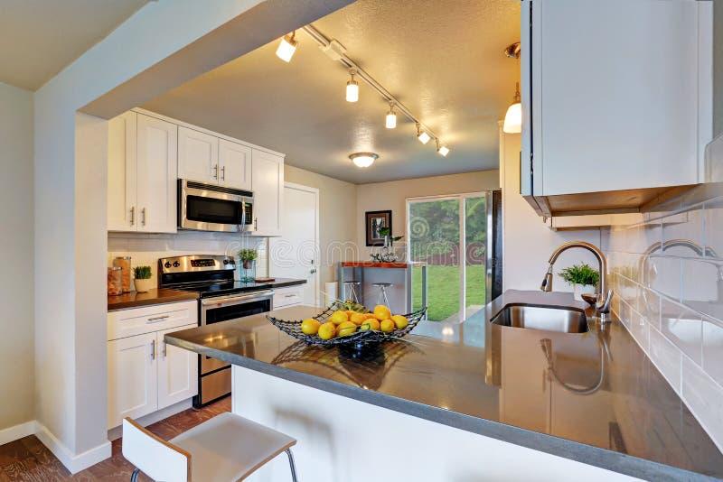 Nytt omdanat kökrum med vit cabinetry royaltyfri bild