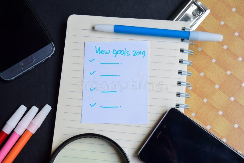 Nytt ord för mål som 2019 är skriftligt på papper ny text för mål 2019 på arbetsboken, teknologiaffärsidé arkivbild