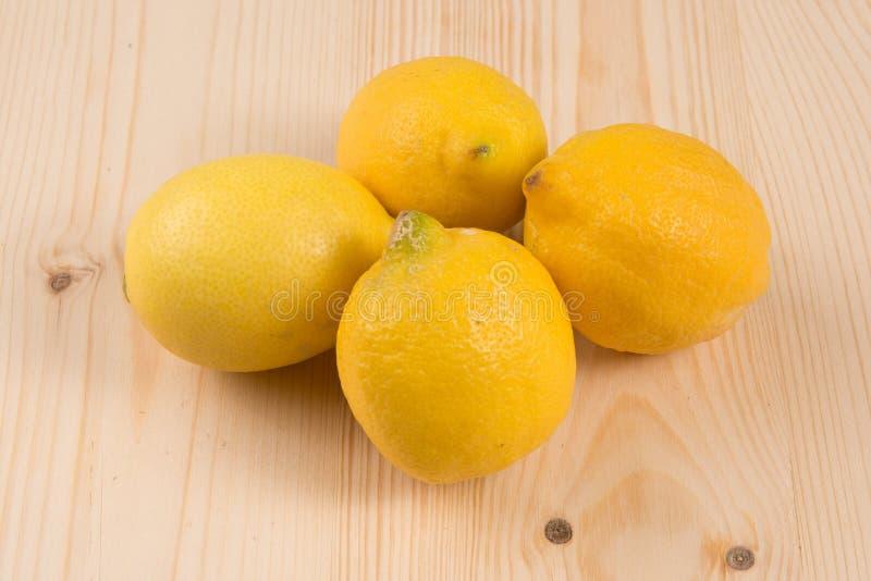 Nytt organiskt för marknad: fyra citroner på en trätabell royaltyfri foto