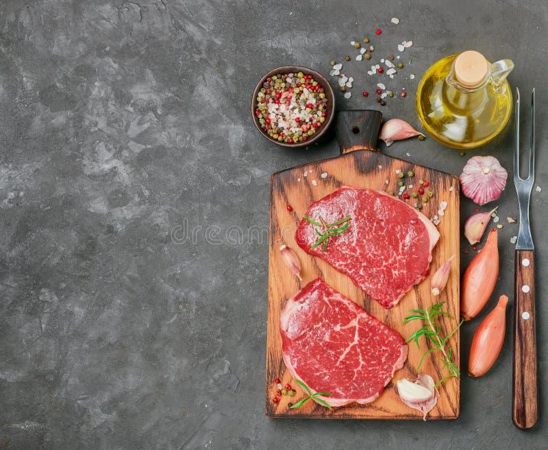 Nytt organiskt rått nötkött Ingredienser för framställning av matställen - biffar, arkivbild