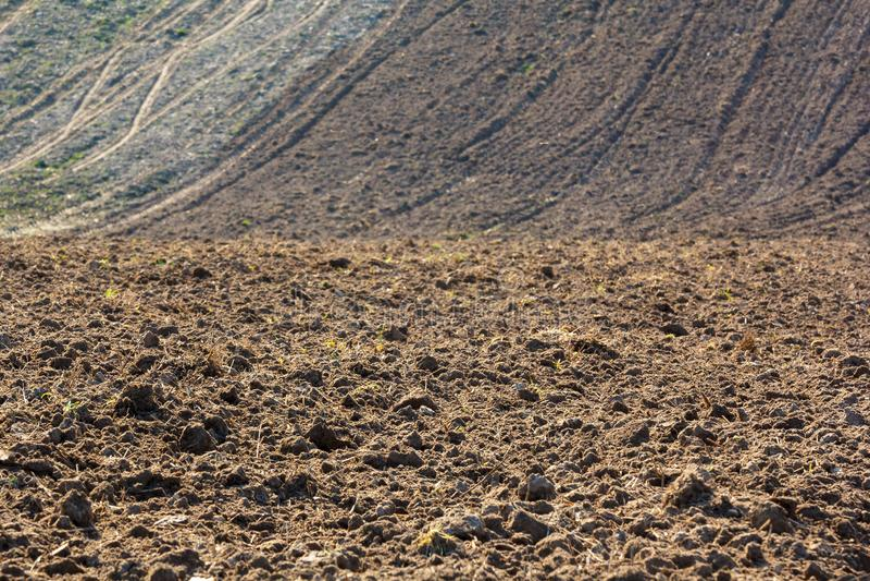 Nytt plogat fält som är klart för att plantera och att kärna ur i vår arkivbild