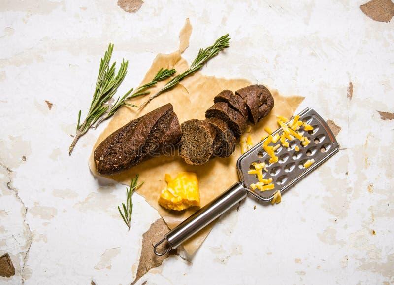 Nytt rågbröd med ost och rosmarin royaltyfri bild