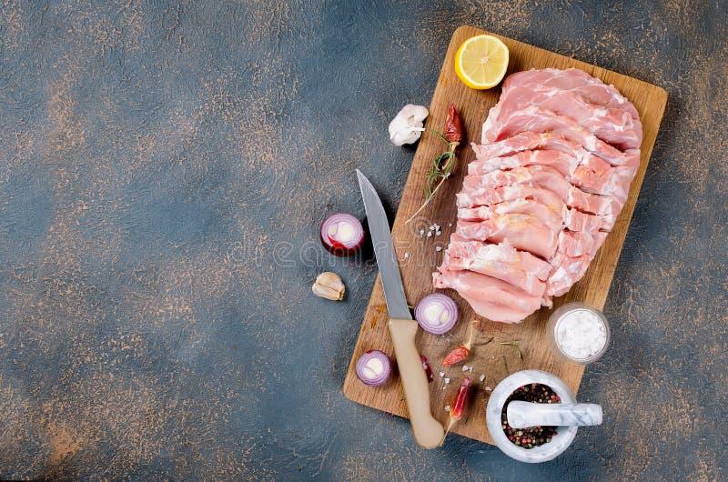 Nytt rått skivagrisköttkött med kryddor royaltyfria bilder