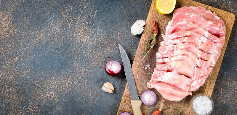 Nytt rått skivagrisköttkött med kryddor fotografering för bildbyråer