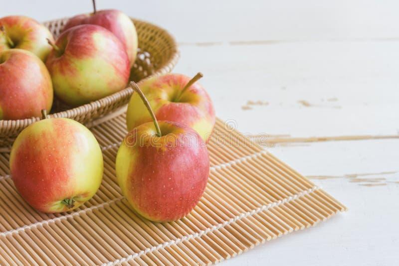 Nytt rött fuji äpple och i den pålagda wood tabellen för korg för backgro royaltyfria bilder