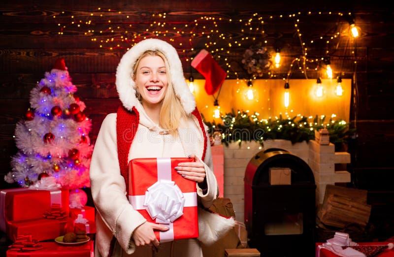 nytt ?r f?r flicka Sexig Santa Claus kvinna i elegant kl?nning Band, sax, bow och juletiketter Modest?ende av modellflickan inomh royaltyfri fotografi