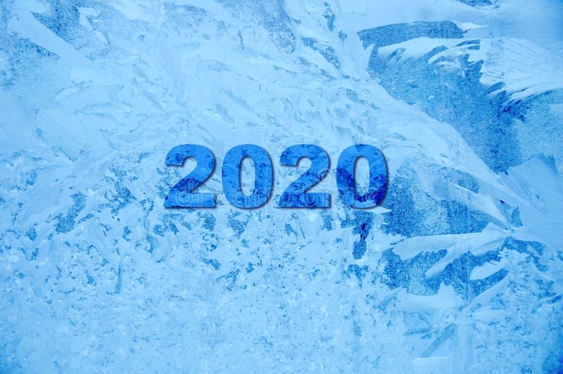nytt ?r Inskriften av nummer 2020 Fryst täckt med blå bakgrund för rimfrost och för modeller arkivbilder