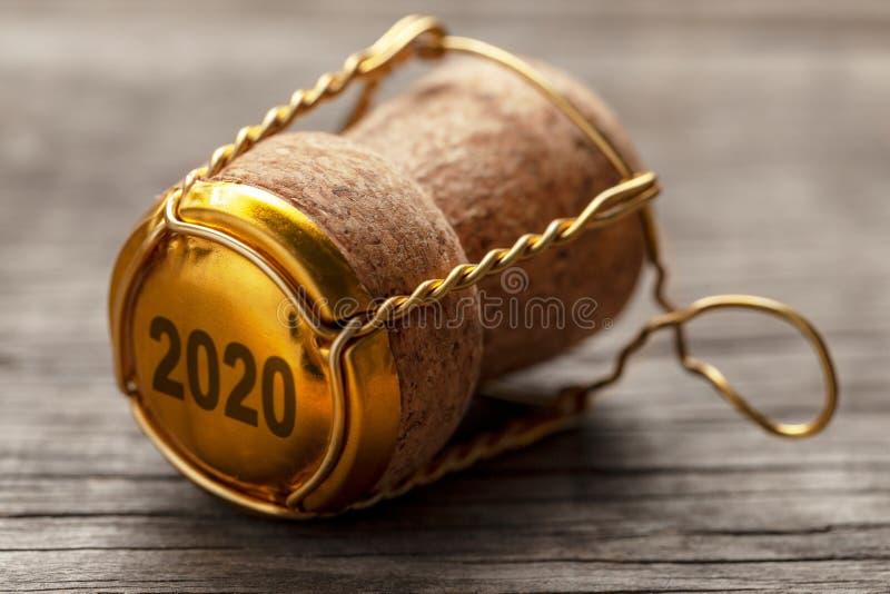 Nytt ?r 2020 Kork från champagne eller vin på den gamla trätabellen arkivfoto