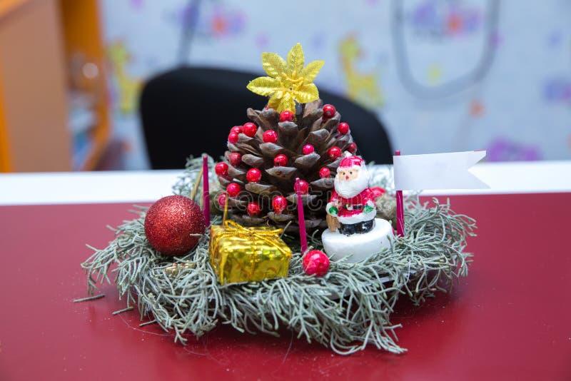 nytt s toys år Julpynt med gåvor Stupad pinecone royaltyfria foton