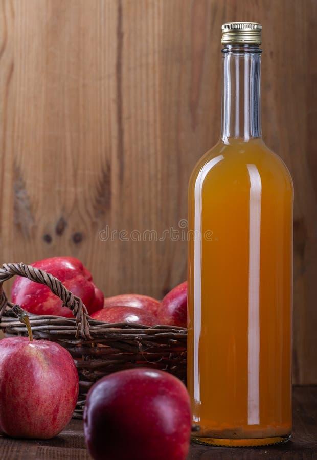 Nytt sammanpressad äppelmust med naturlig trämassa Röda äpplen för fruktsaft royaltyfri bild