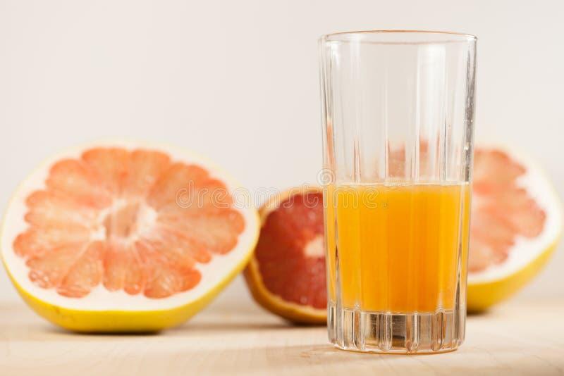 Nytt sammanpressad apelsin- och grapefruktfruktsaft royaltyfria foton