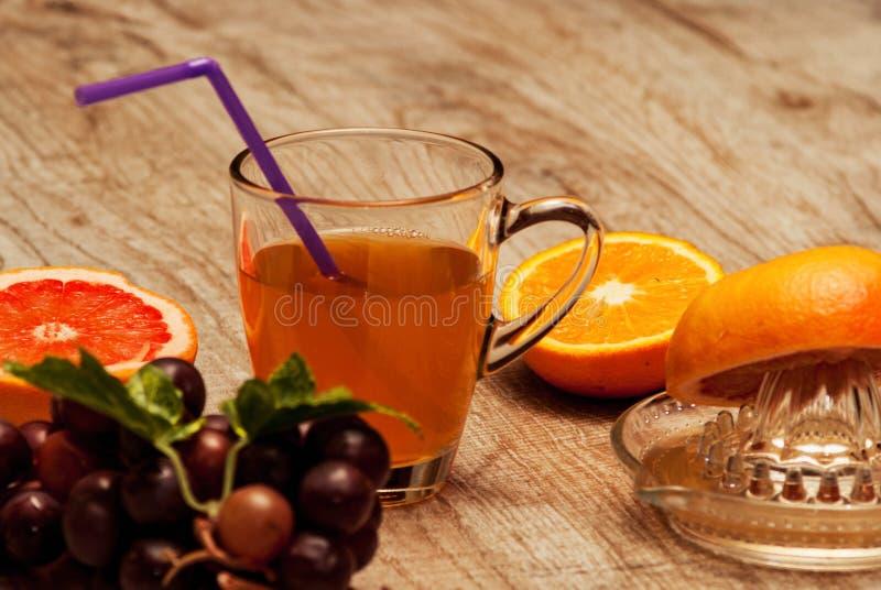 Nytt sammanpressad fruktsaft från naturliga frukter arkivfoto