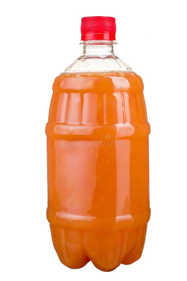 Nytt sammanpressad fruktsaft i en plast- flaska Lemonad på tagande-bort på en vit bakgrund Ny fruktsaft royaltyfria foton