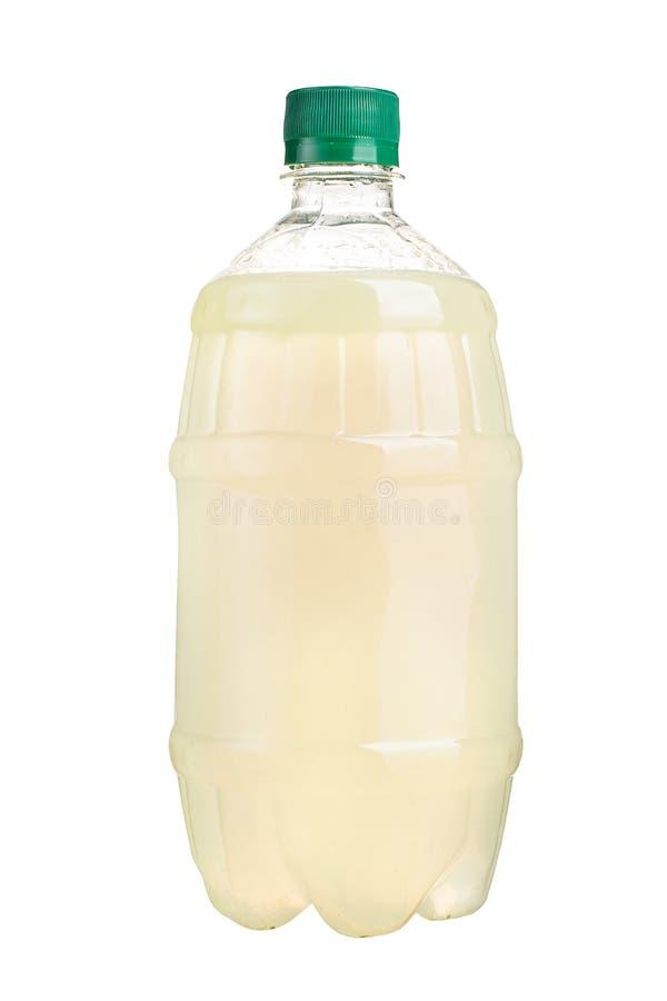 Nytt sammanpressad fruktsaft i en plast- flaska Lemonad på tagande-bort på en vit bakgrund Ny fruktsaft arkivbild