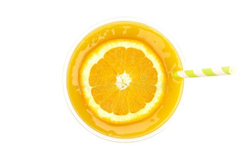 Nytt sammanpressad orange fruktsaft i en plast- disponibel kopp royaltyfri bild