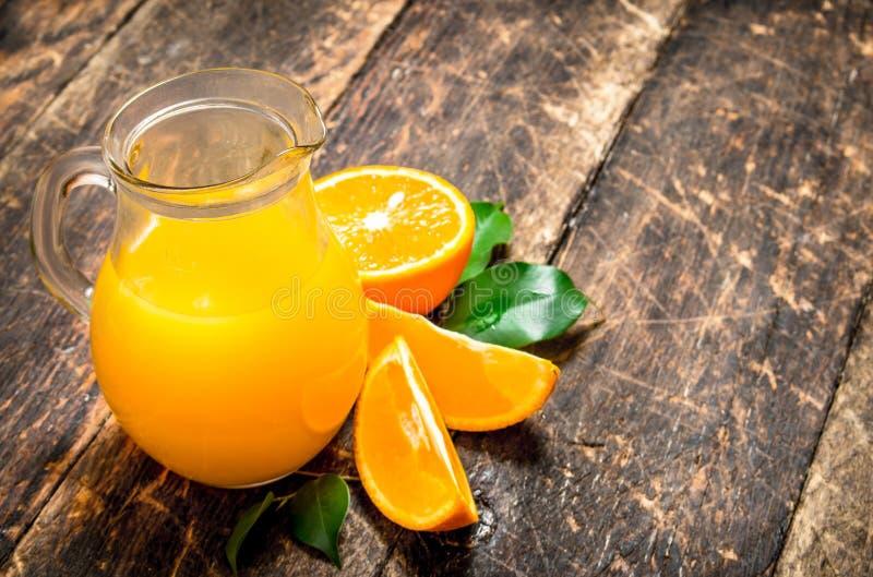Nytt sammanpressad orange fruktsaft i kannan arkivbilder