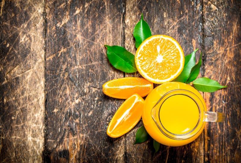 Nytt sammanpressad orange fruktsaft i kannan arkivfoton
