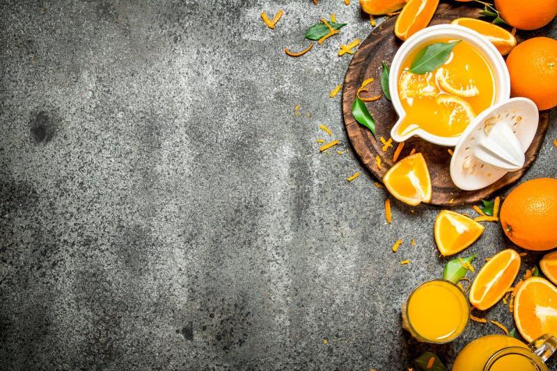 Nytt sammanpressad orange fruktsaft med stycken av frukt arkivbild