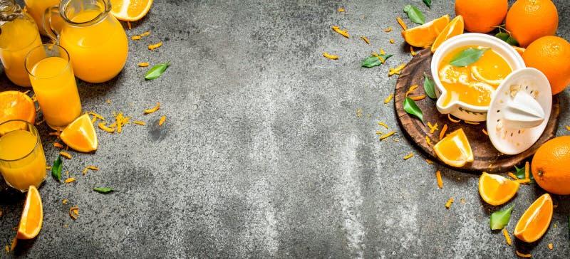 Nytt sammanpressad orange fruktsaft med stycken av frukt royaltyfria foton