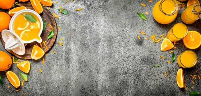 Nytt sammanpressad orange fruktsaft med stycken av frukt arkivfoto