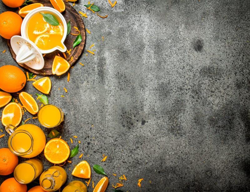 Nytt sammanpressad orange fruktsaft med stycken av frukt royaltyfria bilder