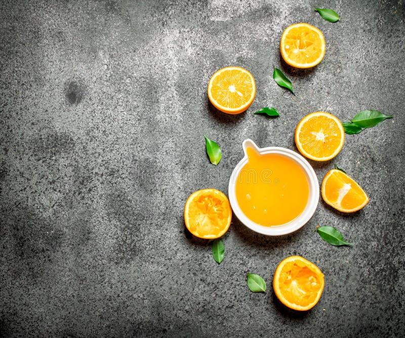 Nytt sammanpressad orange fruktsaft med stycken av frukt arkivfoton