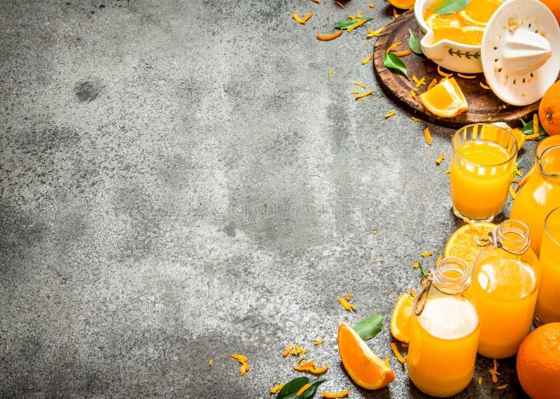 Nytt sammanpressad orange fruktsaft med stycken av frukt royaltyfri bild