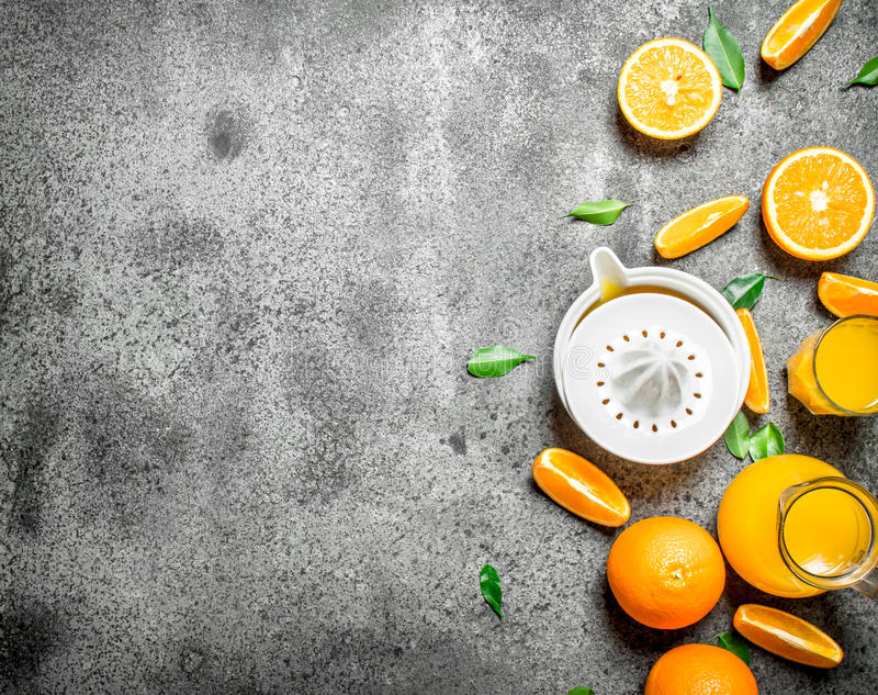 Nytt sammanpressad orange fruktsaft med stycken av frukt royaltyfri foto
