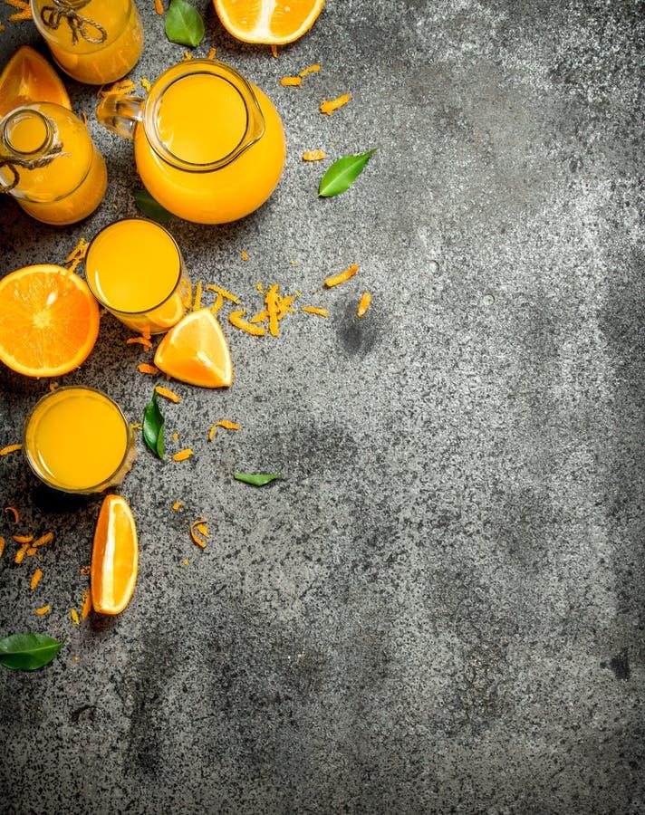 Nytt sammanpressad orange fruktsaft med stycken av frukt arkivbilder