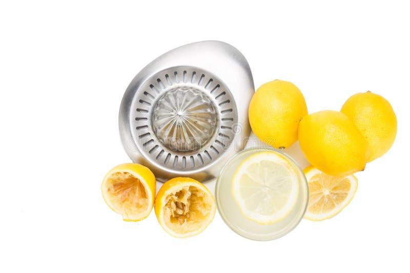 Nytt sammanpressad organisk citronjuice med exponeringsglas och pressen arkivbilder