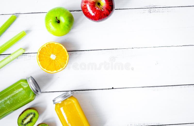 Nytt sammanpressade fruktsafter för detox på bästa sikt för träbakgrund royaltyfri fotografi